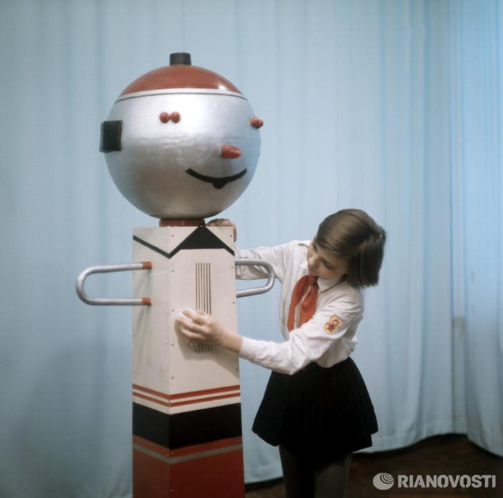 Шестиклассница Лариса Шмадченко и робот Самоделкин