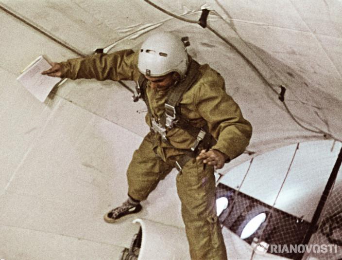 Космонавт тренируется в условиях невесомости