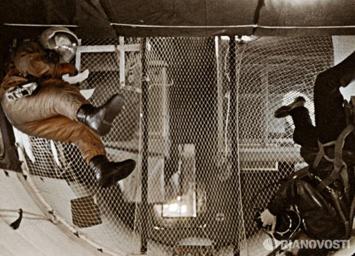 Оператор снимает тренировку космонавта в условиях невесомости