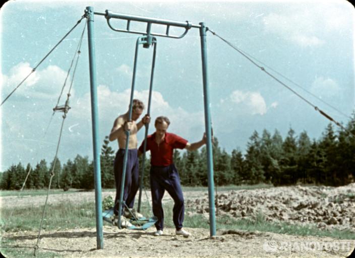 Герман Степанович Титов (слева), второй человек в космосе, на тренировке