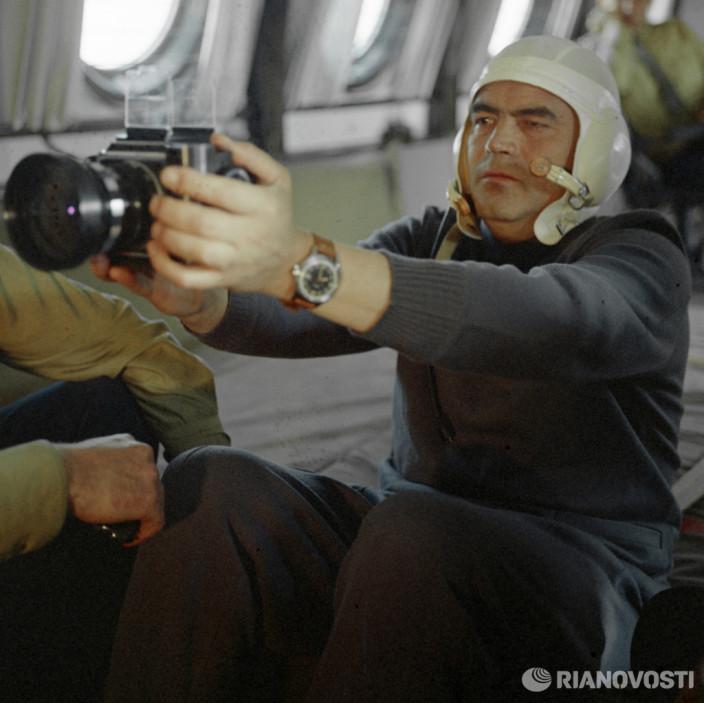 Летчик-космонавт Андриян Николаев учится фотографировать в невесомости