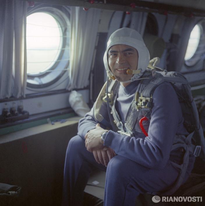 Летчик-космонавт СССР, Герой Советского Союза полковник Андриян Григорьевич Николаев готовится к тренировочному прыжку