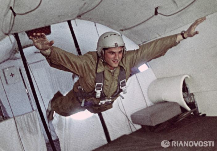 Космонавт Борис Волынов в состоянии невесомости в период подготовки к космическому полёту