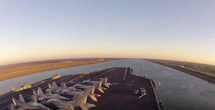 Как авианосец проходит Суэцкий канал